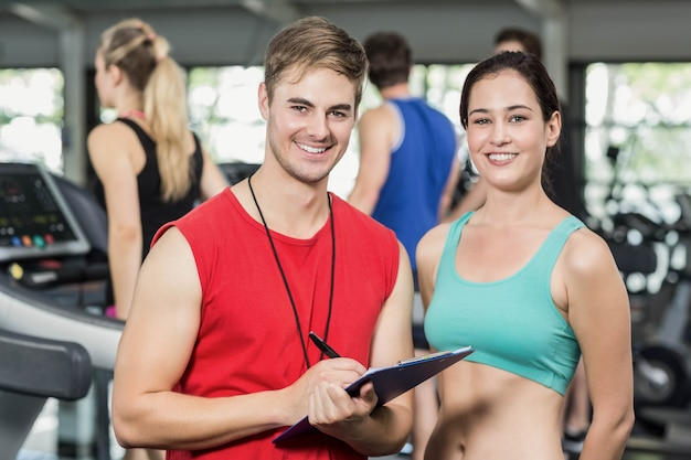Męski trener dyskutuje o występie w gym