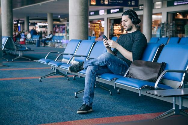 Męski turystyczny podróżnik samotnie przy lotniskowym terminal