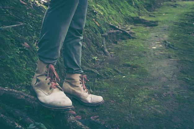 Męski wycieczkowicz wycieczkuje synklinowego las, nogi, frontowy widok