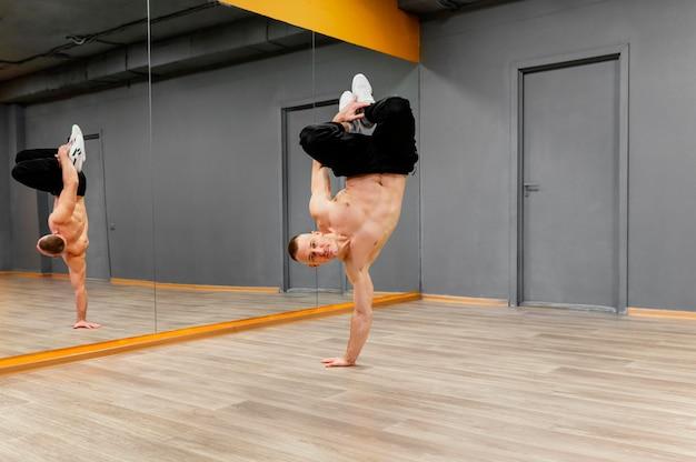 Męski występ breakdance