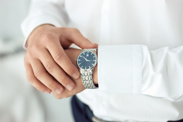 Męski zegarek na rękę, mężczyzna obserwuje czas. biznesmena zegar, biznesmen sprawdza czas na jego zegarek.