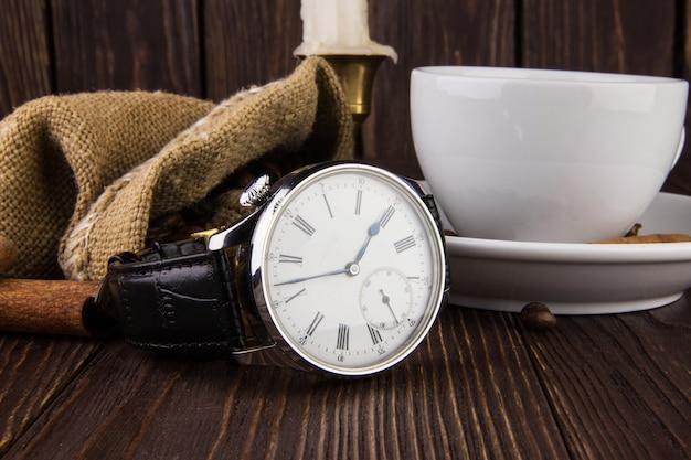 Męski zegarek na rękę na drewnianym stole