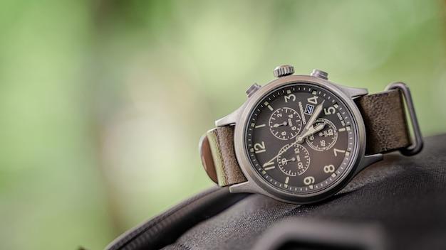 Męski zegarek na rękę w stylu vintage
