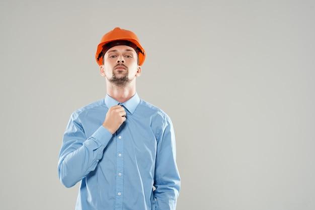 Męskich budowniczych ochrony jasnym tle. zdjęcie wysokiej jakości