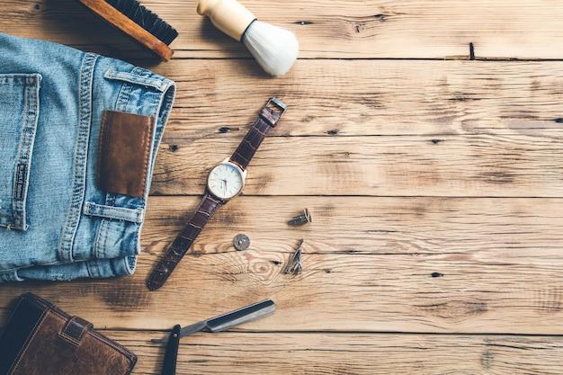 Męskie akcesoria z dżinsami na biurku