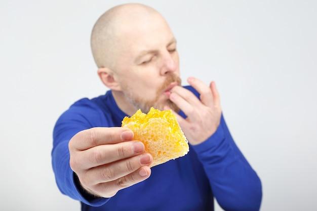 Męskie apetyczne oferty zakupu miodu z plastra. zdrowa dieta