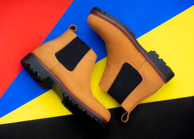Męskie buty chelsea moda na białym tle na kolorowe tło. widok z góry