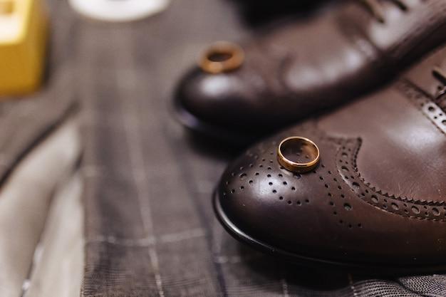 Męskie buty i eleganckie ubrania, motyw świąteczny i wesele