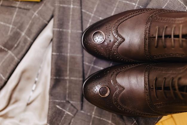 Męskie buty i eleganckie ubrania, motywy wakacyjne i wesele