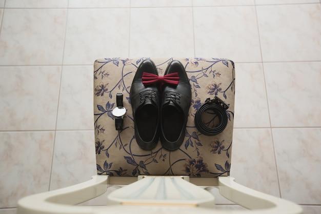 Męskie buty z motylkiem na krześle