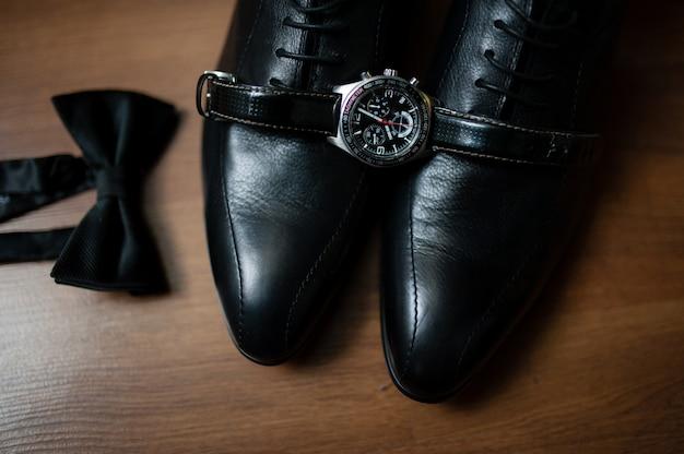 Męskie buty, zegarki i krawaty