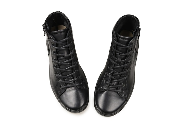 Męskie czarne skórzane buty i czarny aparat na na białym tle na białym tle. skopiuj miejsce.