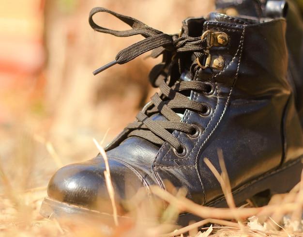 Męskie czarne skórzane buty robocze.