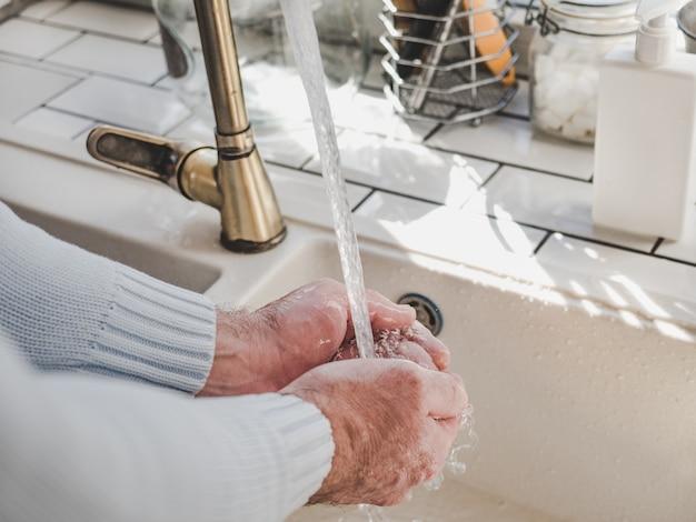 Męskie dłonie i kostka mydła