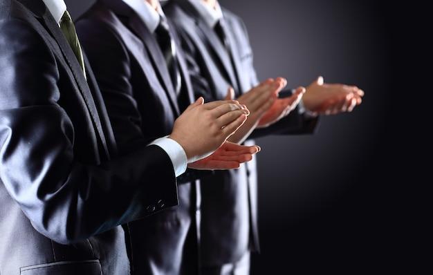 Męskie dłonie, klaszcze na czarno, widok z boku