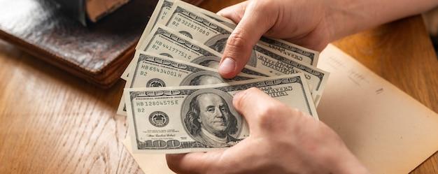 Męskie dłonie licząc dolary amerykańskie lub płacąc gotówką na tle pieniędzy koncepcja sukcesu inwestycyjnego perspektywy finansowe k wysokiej jakości materiału filmowego