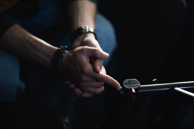 Męskie dłonie na ciemnym tle z bliska