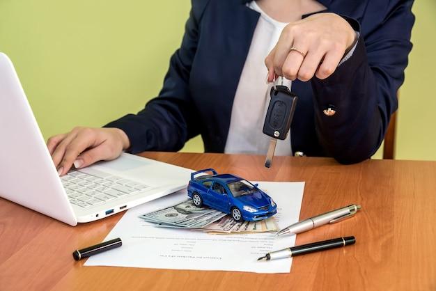 Męskie dłonie podpisują formularz roszczenia i kalkulator, dolar, samochód