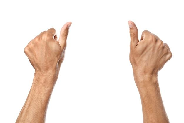 Męskie dłonie pokazujące gest kciuka w górę na białej powierzchni