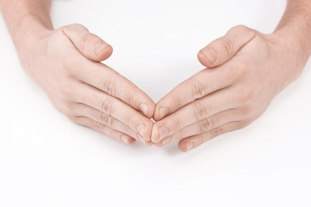 Męskie dłonie w kształcie kąta. na białym tle na białym tle