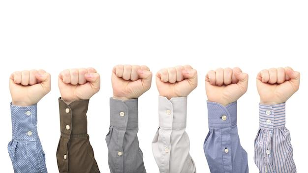 Męskie dłonie w pięści w różnych koszulach na białym tle. protest i oburzenie.