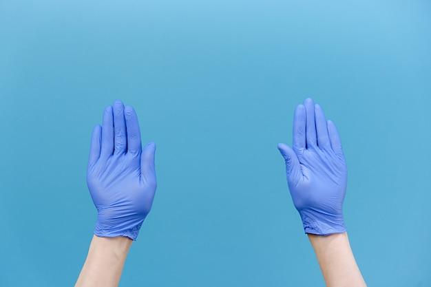 Męskie dłonie w rękawiczkach pstrykają palcami w rytm muzyki