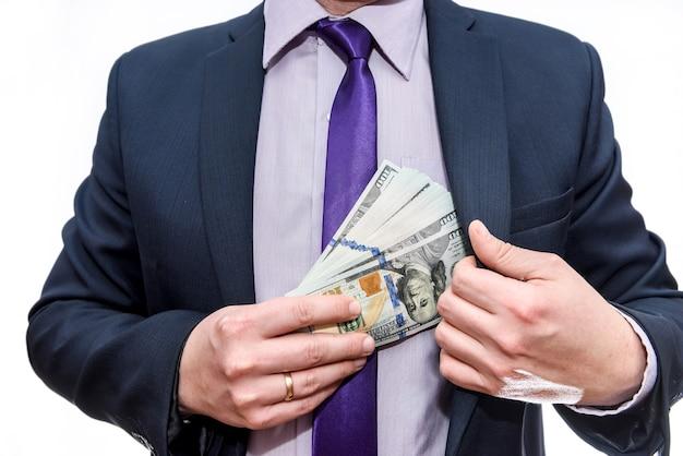 Męskie dłonie z banknotami dolarowymi w kieszeni
