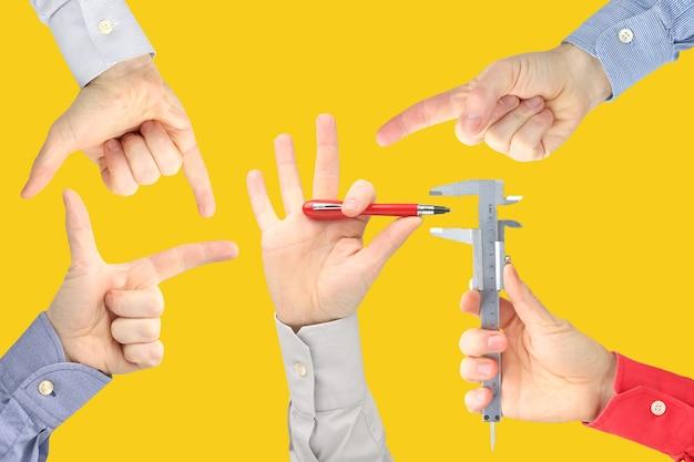 Męskie dłonie z różnymi gestami naprzeciw siebie. biznes i cel życia zwycięzca konkursu.