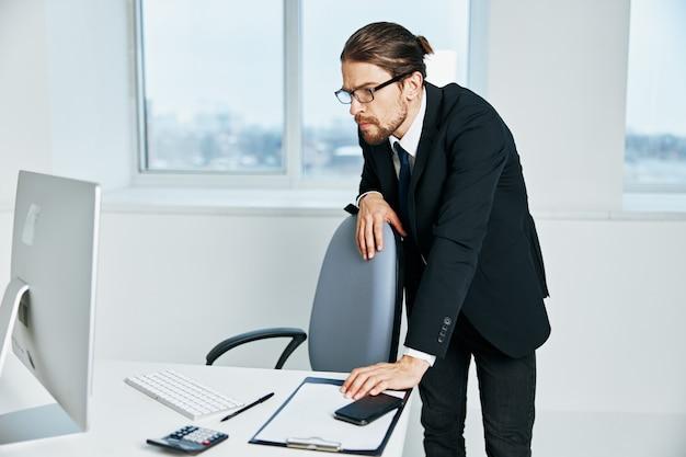 Męskie dokumenty menedżera w komunikacji ręcznej przez kierownika telefonu