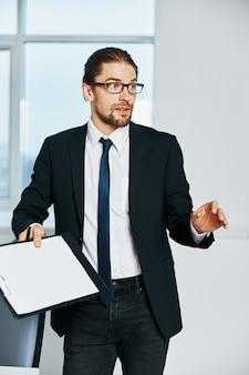 Męskie dokumenty menedżera w komunikacji ręcznej za pomocą technologii telefonicznych