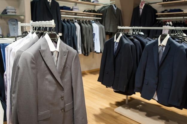 Męskie garnitury w sklepie