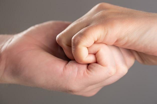 Męskie i dziecięce dłonie połączyły się ze sobą i na zawsze.