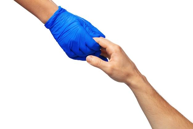 Męskie i kobiece dłonie w rękawiczkach medycznych rozciągają się do siebie. koncepcja pomocy. ścieśniać