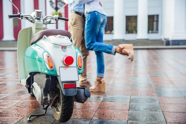 Męskie i kobiece nogi podczas randki w mieście