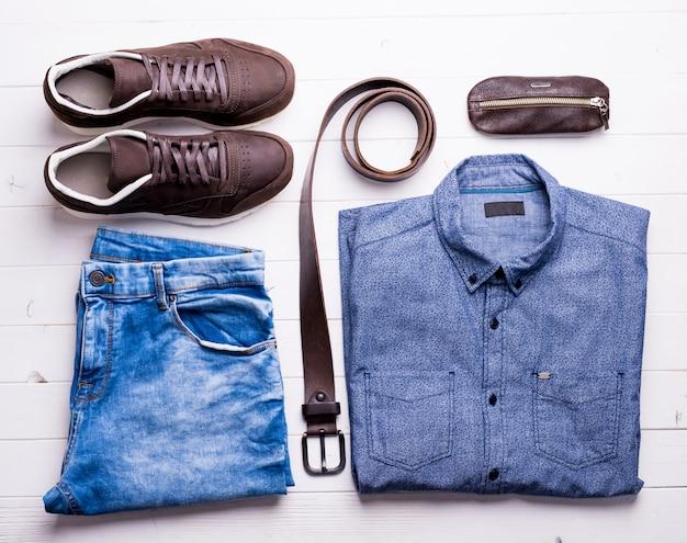 Męskie jeansy i koszula z brązowym paskiem i butami