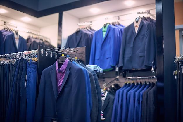 Męskie kurtki na wieszakach w sklepie męskim