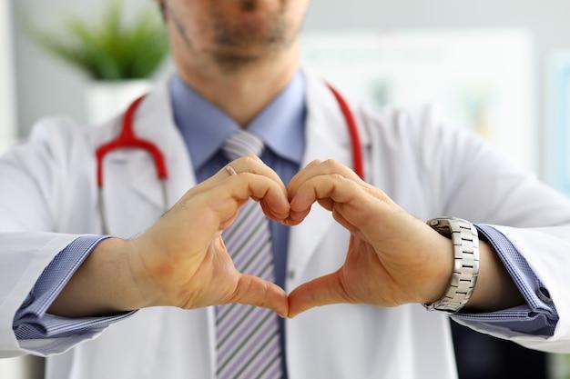 Męskie medycyny lekarki ręki pokazuje kierowego kształt