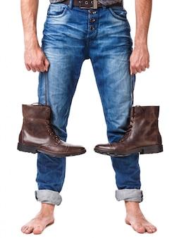 Męskie nogi i skórzane buty