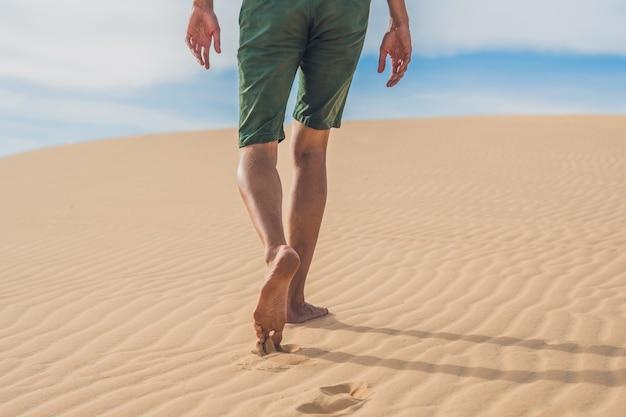 Męskie nogi idą na pustynię wietnam, mui ne.