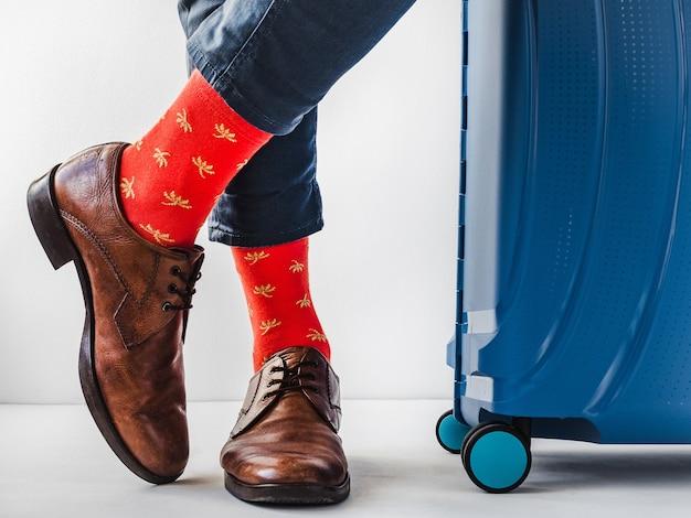 Męskie nogi, modne buty i jasne skarpetki. zbliżenie. koncepcja stylu, piękna i elegancji