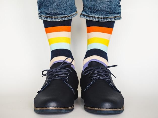 Męskie nogi, modne buty i jasne skarpetki