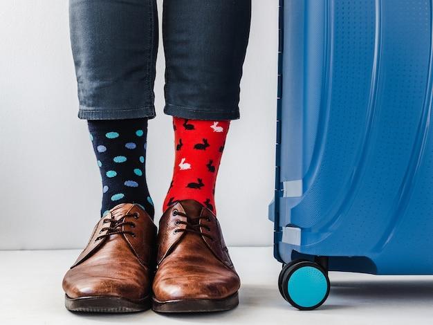 Męskie nogi modne buty i jasne skarpetki