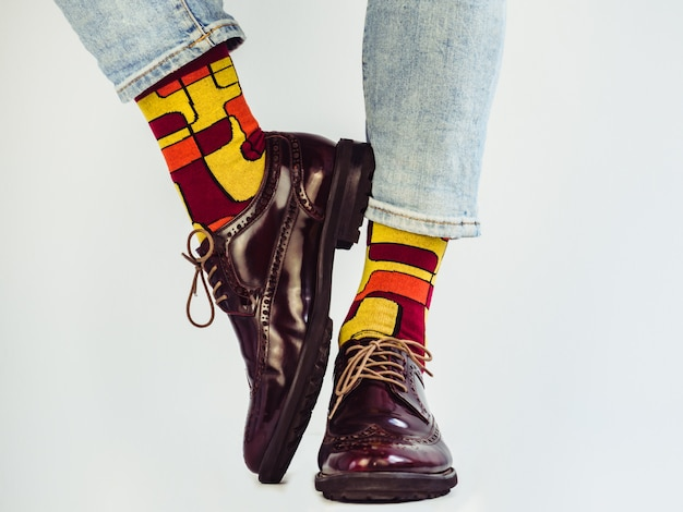 Męskie nogi, stylowe buty i zabawne skarpetki.