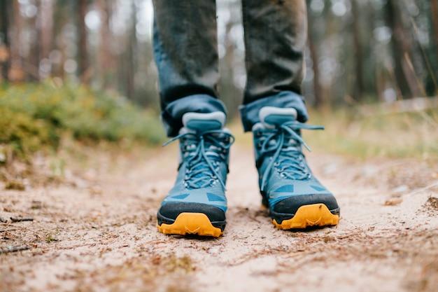 Męskie nogi w butach trekkingowych do aktywności na świeżym powietrzu.