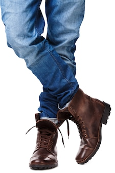 Męskie nogi w dżinsach i skórzanych butach
