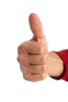 Męskie ramię pokazuje ok lub potwierdza znak kciukiem do góry