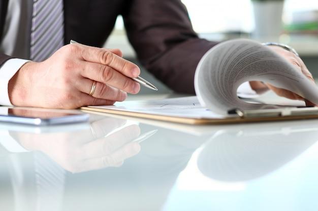 Męskie ramię w garnitur i krawat w formie wypełnienia przypięte do poduszki