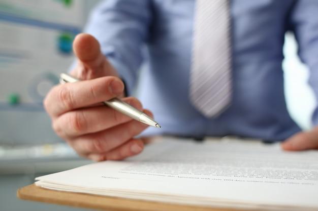 Męskie ramię w garniturze stanowi formularz umowy w schowku