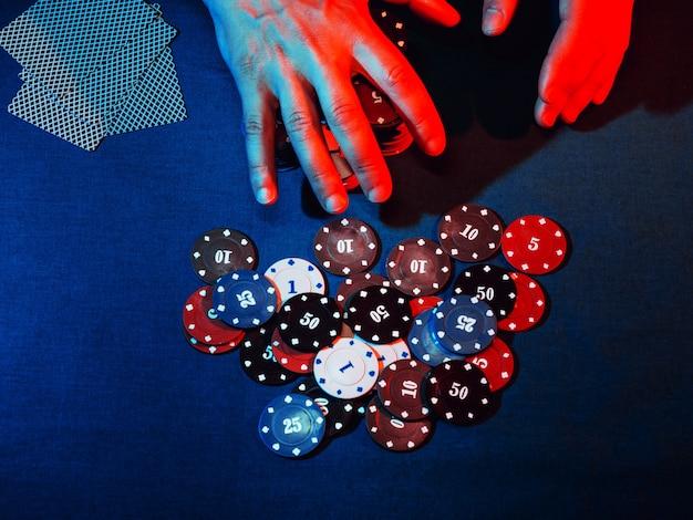 Męskie ręce stawiają zakład w pokera