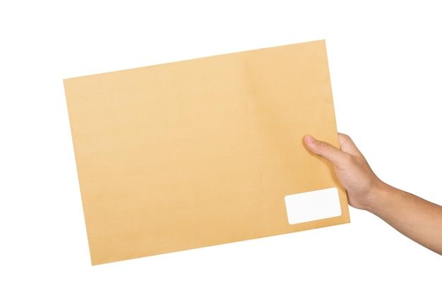 Męskie ręce trzyma brązową kopertę